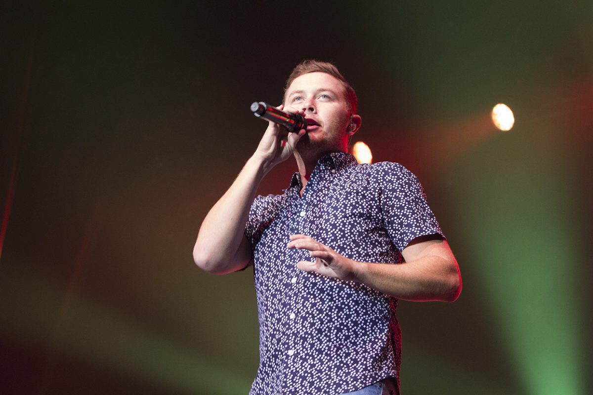 Scotty McCreery swoons hearts at the Hart